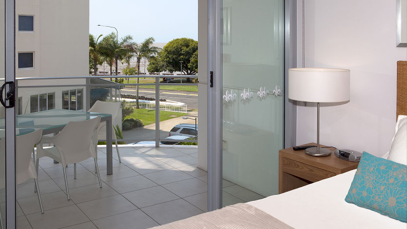 3 bedroom deluxe apartments vision cairns luxury apartments. Black Bedroom Furniture Sets. Home Design Ideas